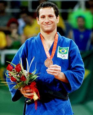 Foto antiga do Tiago Camilo com a medalha de bronze nos jogos de Pequim