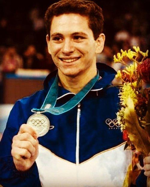 Foto antiga do Tiago Camilo segurando medalha de bronze nos jogos de Sydney